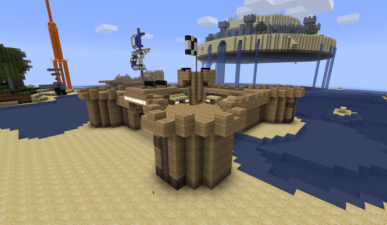 Le fort et, en arrière-plan, le bateau pirate et le château dans le ciel